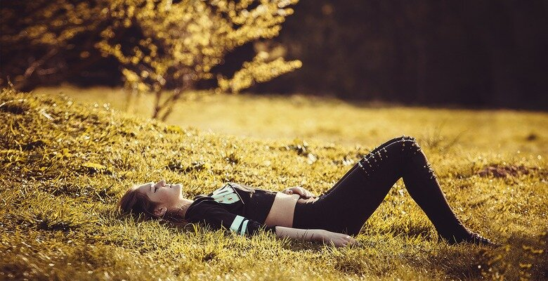 Girl lying on the grass 1741487 1920